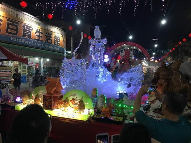 大型冰雕是虎尾中元祭一大特色。(周麗蘭攝)