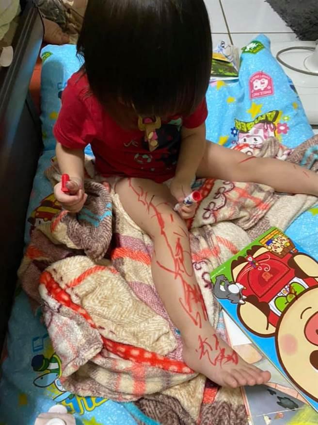 女兒突然變安靜,媽媽回頭發現她竟然用紅色彩色筆「上色右腳」。(圖/原PO授權提供)