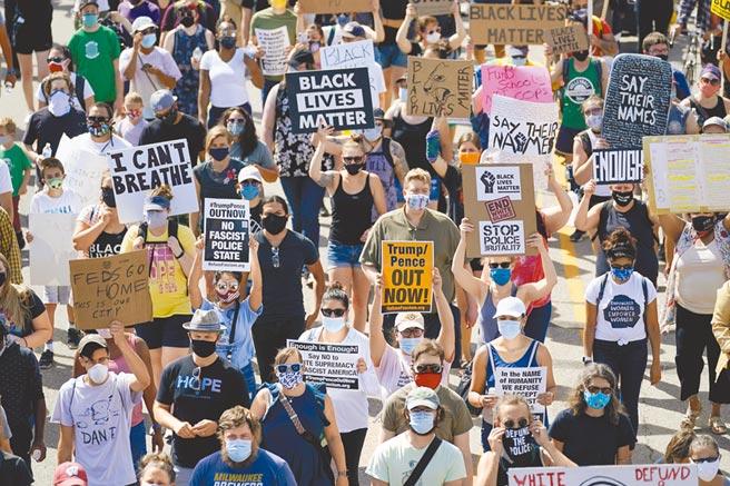 近日美國接連發生基諾沙、波特蘭、洛杉磯槍擊案,不僅在全美多個城市引爆反種族歧視示威,也讓共和黨與民主黨互批「煽動仇恨」、「助長恐怖主義」。(美聯社)