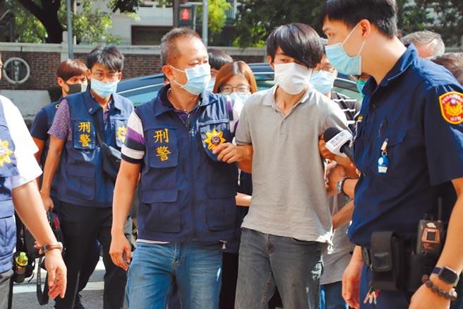 主嫌羅育祥(右二)遭警方從北部押車回高雄偵訊。(洪浩軒攝)