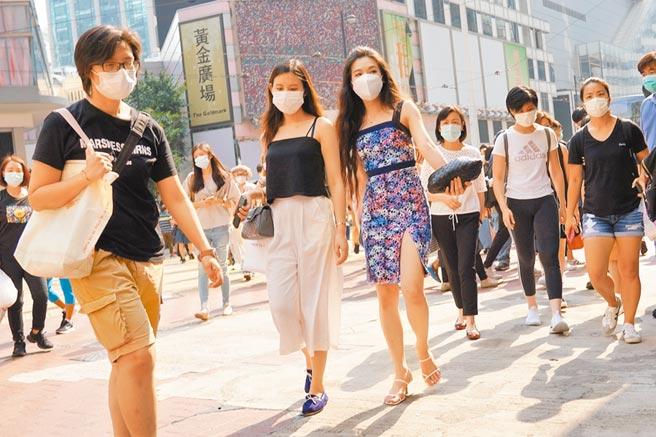 8月29日,香港銅鑼灣街頭人潮湧動,眾多戴口罩市民前來購物休閒。(中新社)