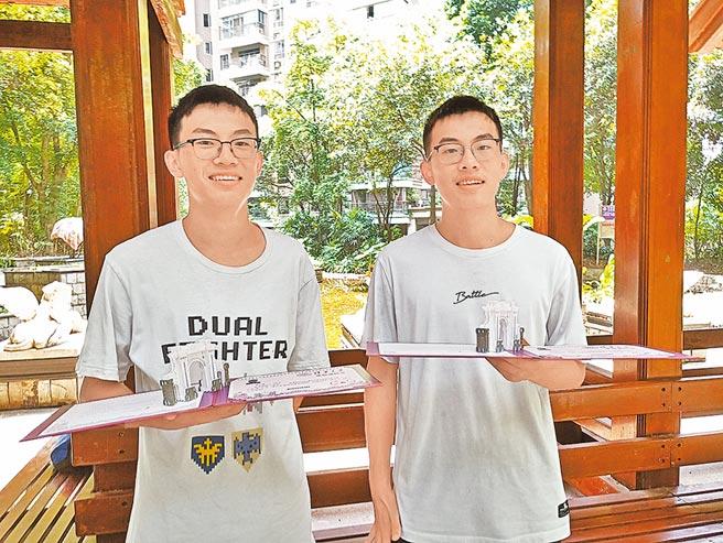 哥哥祝爾康(左)和弟弟祝爾樂(右)收到北京清華大學錄取通知書。(南國早報提供)