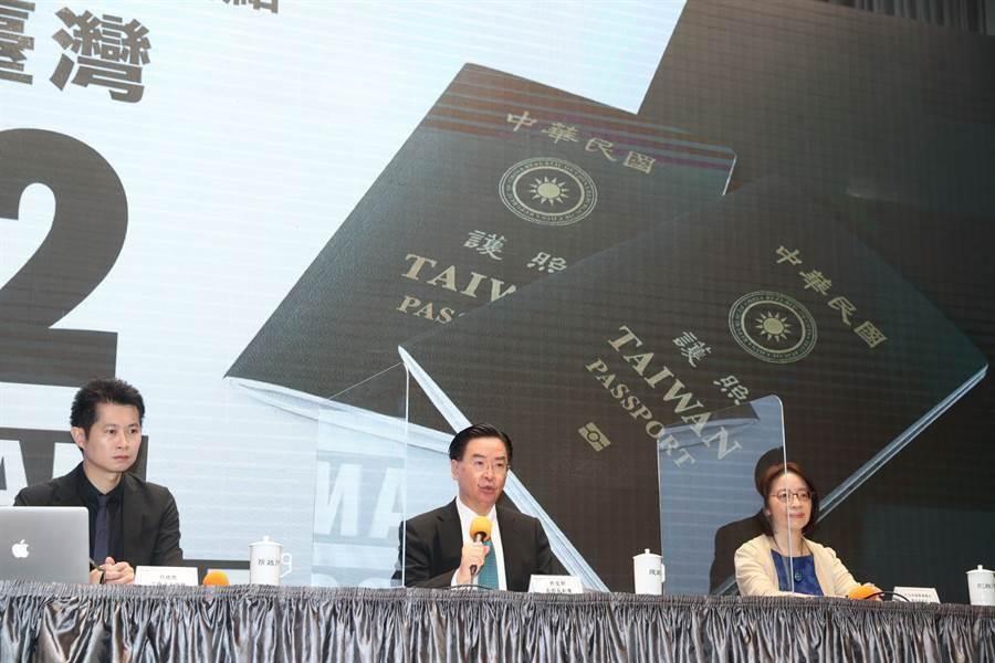 行政院2日舉行「新版護照封面」記者會,外交部長吳釗燮說明新版護照的設計概念。(劉宗龍攝)