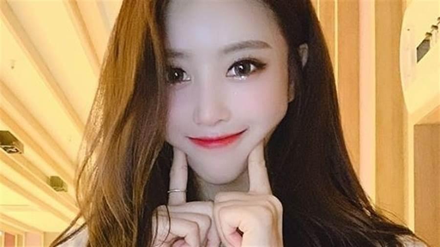 25歲女偶像Lovelyz李美珠(이미주)「絲巾裹胸」手一伸炸出纖腰馬甲線(圖/IG@lvlzleemijoo_)