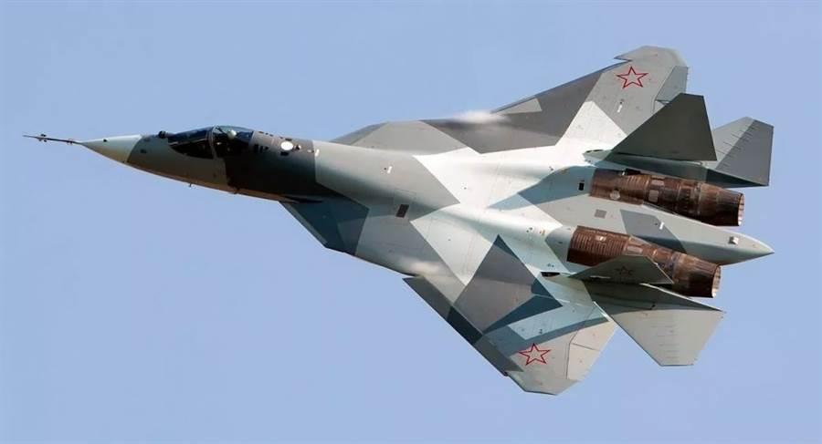 俄羅斯蘇-57戰機將加一層隱形防護罩,覆蓋於機身主要部件 上,以增強其隱形功能,並保護無線電子設備免受惡劣氣候影響。(圖/衛星通訊社)