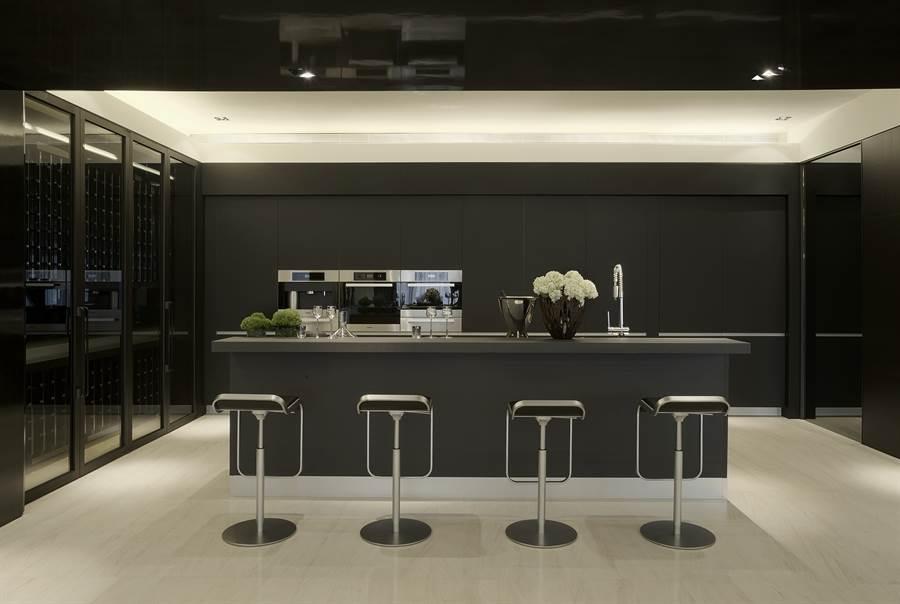 七期超豪宅「寶璽天睿」,將義大利千萬名廚「Valcucine」納為每戶標配。(葉思含攝)