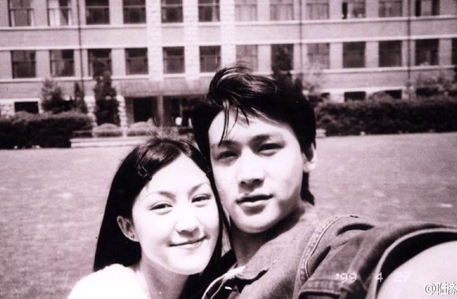 陸毅與鮑蕾是班對,大二時因合拍作品陷入愛河,長跑10年結婚。(翻攝自陸毅微博)