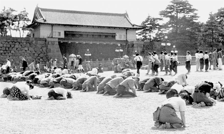 8月15日,裕仁天皇對臣民廣播投降,日本人拜伏著聽這段廣播。(圖/美聯社)
