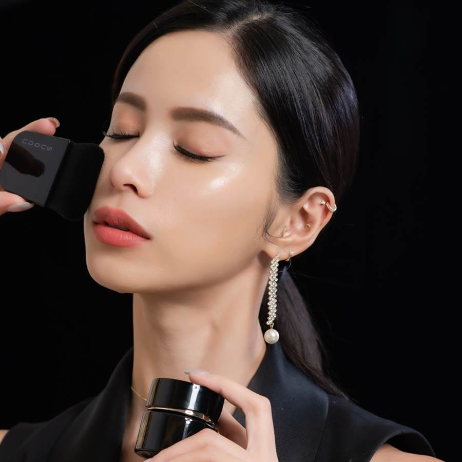 升級再進化的「晶采艷澤粉霜」妝感更貼膚,散發著高級的光澤感。(圖/品牌提供)