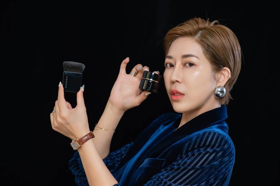 彩妝大王王盈喬認為SUQQU新的底妝「晶采艷澤粉霜」越塗越亮,且是高級感的底妝質感。(圖/品牌提供)