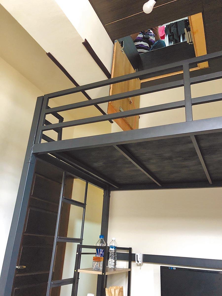 尋獲少女的密室以木板隔裝,不容易被發現,必須推開天花板才有辦法找到的暗房。(高市警三民二分局提供/洪浩軒高雄傳真)