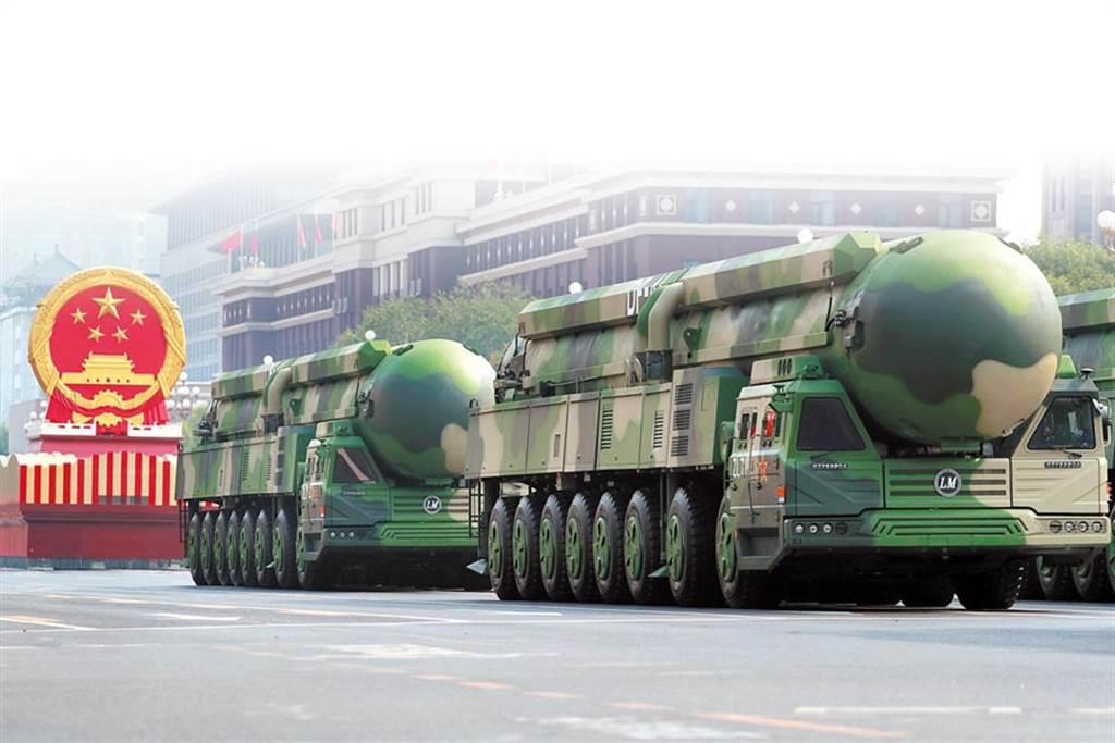 圖為天安門廣場前受閱的東風-41核導彈方隊。(中新社)