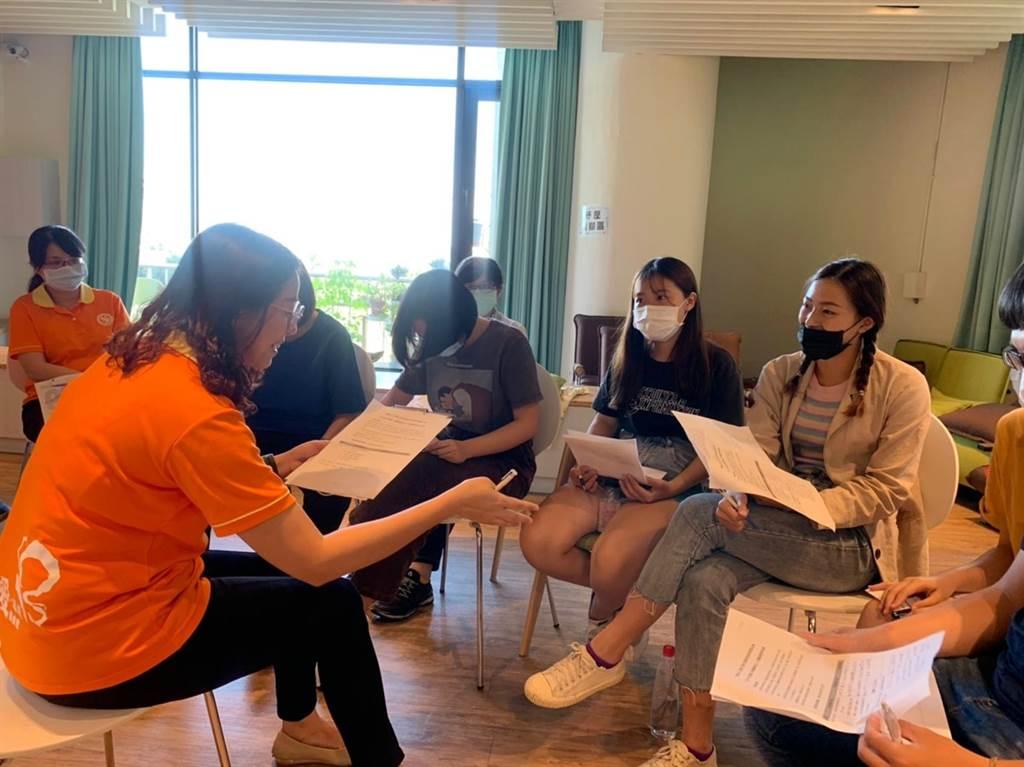弘光老福系到長照機構實習,日文老師隨行紀錄長照用語提前部署出國實習。(陳淑娥攝)