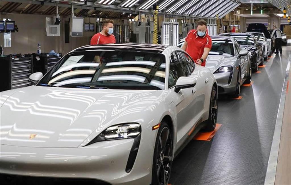 賣到來不及做!保時捷借調數百名奧迪員工,增援生產 Taycan 電動跑車