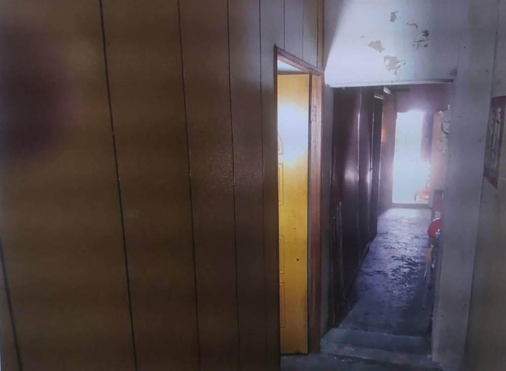 房東將屋內用木板隔成多個房間,設備算是相當簡陋。(警方提供/吳建輝彰化傳真)