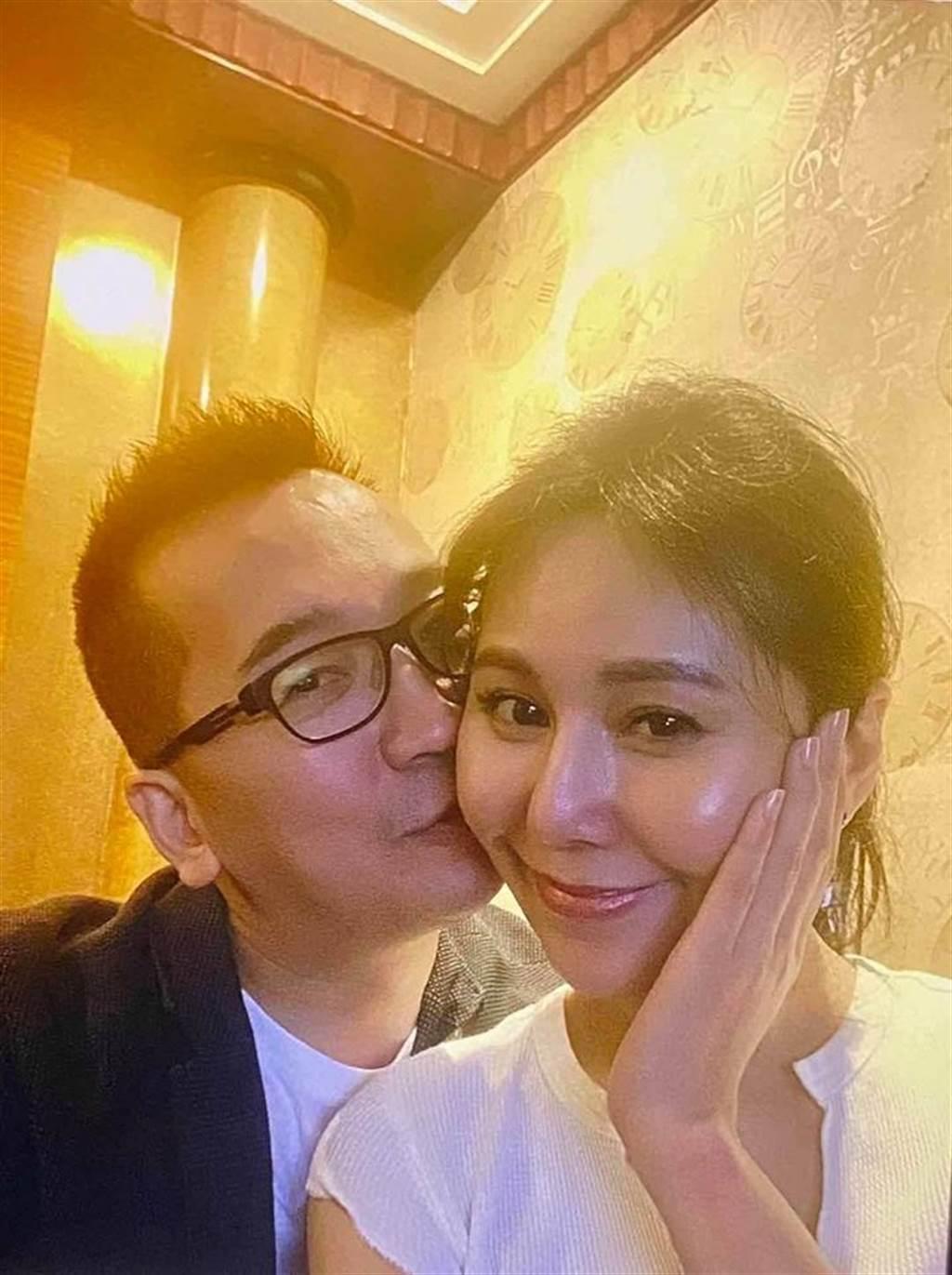 王世均放閃親吻前妻,洪曉蕾笑容超甜。(取自王世均臉書)