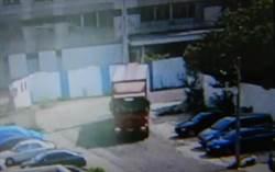 司機撞倒路燈後逃逸 公司員工報案意外驚覺是自己人
