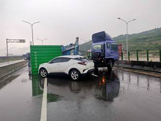 台61線貨櫃車天雨路滑煞不住直撞前車 警冒雨疏導