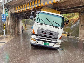 楊梅鐵道涵洞卡車 挖低馬路解決