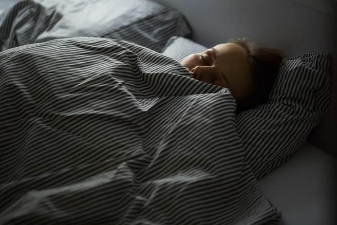 很多人有半夜鬼壓床的經驗,其實有些是睡姿或身體的問題,但也不乏與房子氣場不好有關。(達志影像/shutterstock)