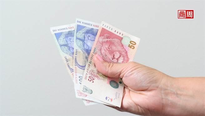近10年,南非幣兌美元已累計約6成跌幅,投資人在選擇相關商品時,已無法忽視匯差所帶來的風險。(來源.Dreamstime)