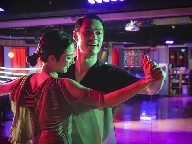 楊祐寧(右)和桂綸鎂在《腿》中一展國標舞技。(鏡文學提供)