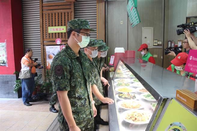 知名連鎖便當店𡘙師傅慶祝軍人節,祭出免費請吃便當活動。(柯宗緯攝)
