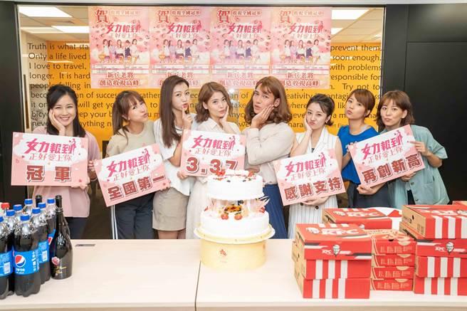 《女力》3日舉行慶功宴,顏以娜(左起)、潘嘉麗、優妮、王樂妍、梁瀚名、楊佩潔、王上菲、王沛語合照比美。(TVBS提供)