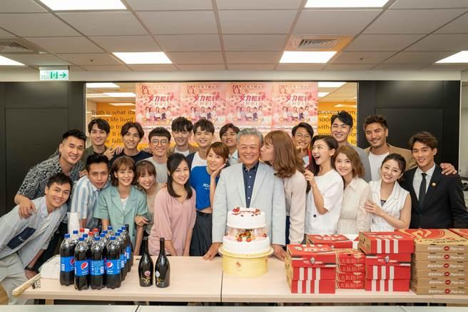 《女力報到》全體演員和史坦利國際傳媒董事長陳剛信合照。(TVBS提供)