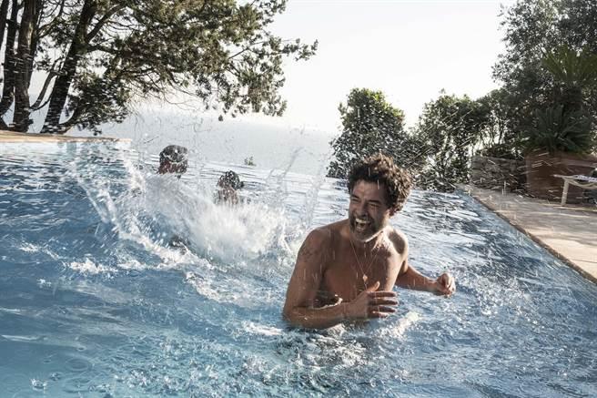義大利新銳導演西蒙加德諾喜劇作品《老爸愛轉彎》,描述兩名父親帶著家庭來到海景民宿度假,要向家人出櫃。(金馬影展提供)