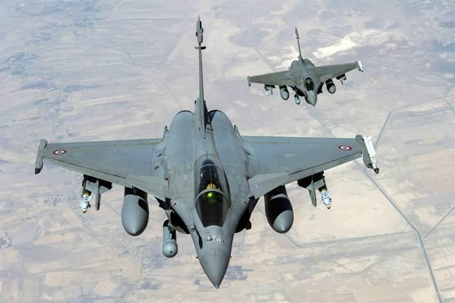 法國以半買半送的方式,提供希臘18架飆風戰機,10架新機,8架2手機。(圖/法國空軍)
