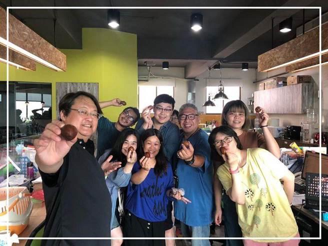 趙自強(左)與劇團團員人手一蛋,感謝探班《雲豹森林》的楊麗音DIY美味茶葉蛋。(取自如果兒童劇團臉書)