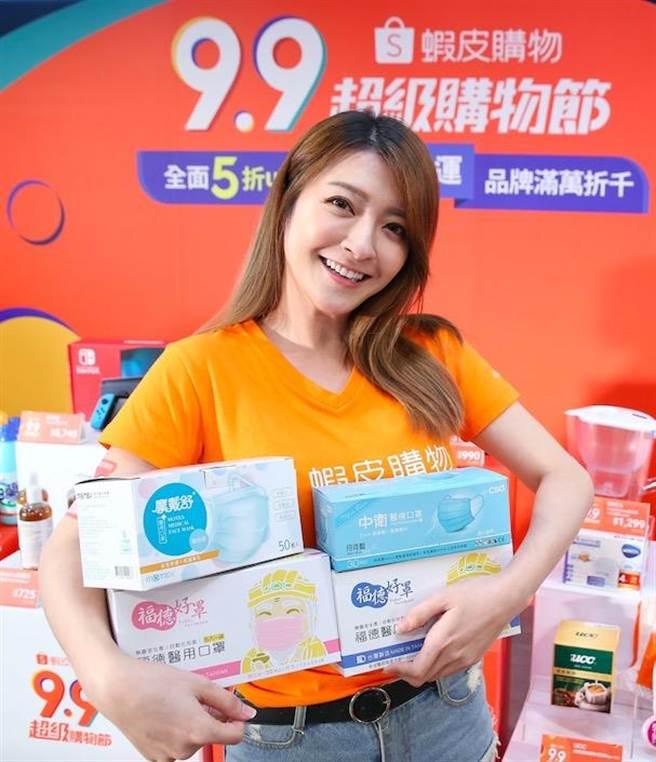 為了滿足民眾的防疫需求,蝦皮購物的「9.9超級購物節」30日前將天天釋出999盒MIT醫療口罩。(陳俊吉攝)