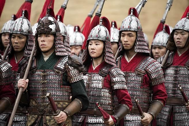《花木蘭》包括建築、美術、武器、服裝,皆從不同歷史朝代元素中汲取靈感。(迪士尼提供)