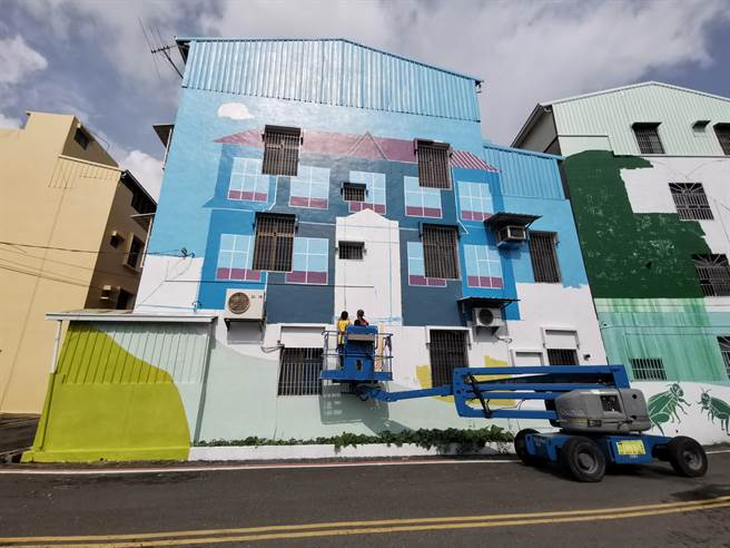 長榮大學管理學院、美術學院為新化歷史街區重新彩繪。(劉秀芬攝)