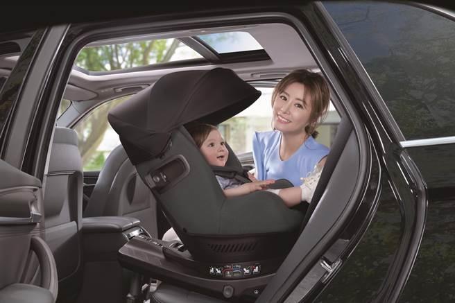 9月1日幼童用座椅反向乘坐新規上路帶嬰出遊安全又有型。(圖/品牌提供)