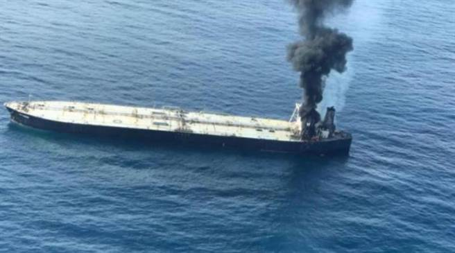 印度超級油輪新鑽石號在斯里蘭卡外海失火。(圖/路透社)