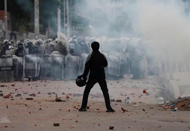 尼泊爾的藝術之都─拉利特普爾,爆發數千民眾與警察衝突的混亂場面,造成數人受傷。(路透)