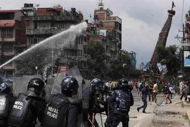 警方出動催淚瓦斯和強力水柱,驅離違法上街的人群。(美聯社)