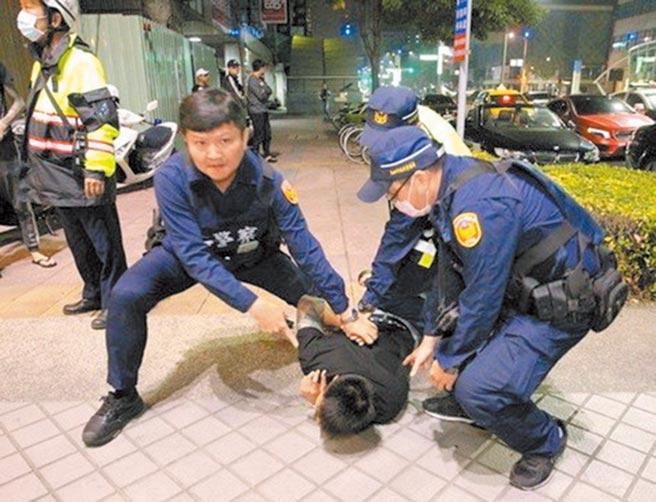 新北市警察局長陳檡文強調打擊犯罪不遺餘力,圖為警方快打部隊壓制滋事民眾。(新北市警察局提供/王揚傑新北傳真)