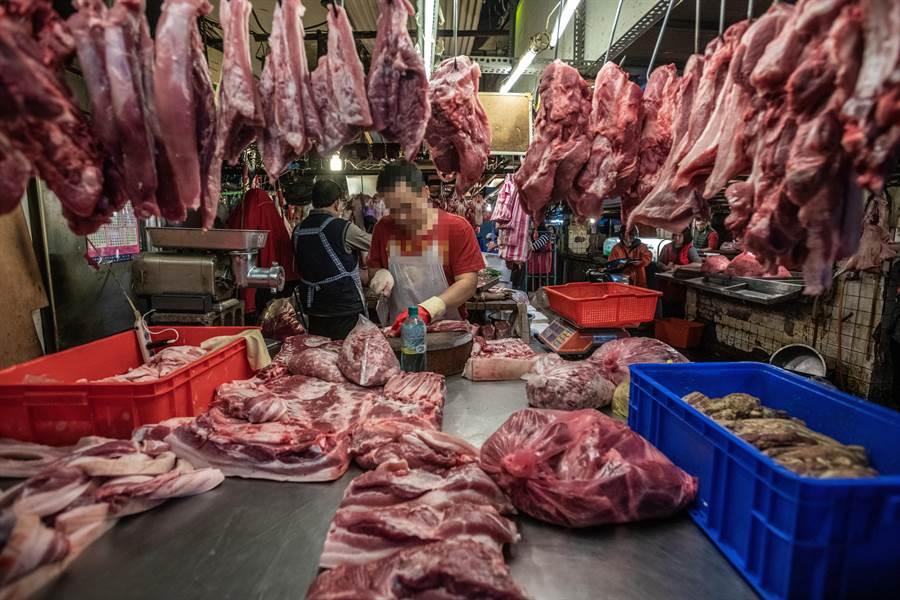 台灣動物社會研究會表示,萊克多巴胺雖然會增加牛豬瘦肉率,但也會增加心血管疾病等多種健康風險,另外基於動物福利與食品安全,應以「在地屠宰」、「屠體評級」取代殘忍落後的「活體拍賣」。(台灣動物社會研究會提供/李柏澔台北傳真)