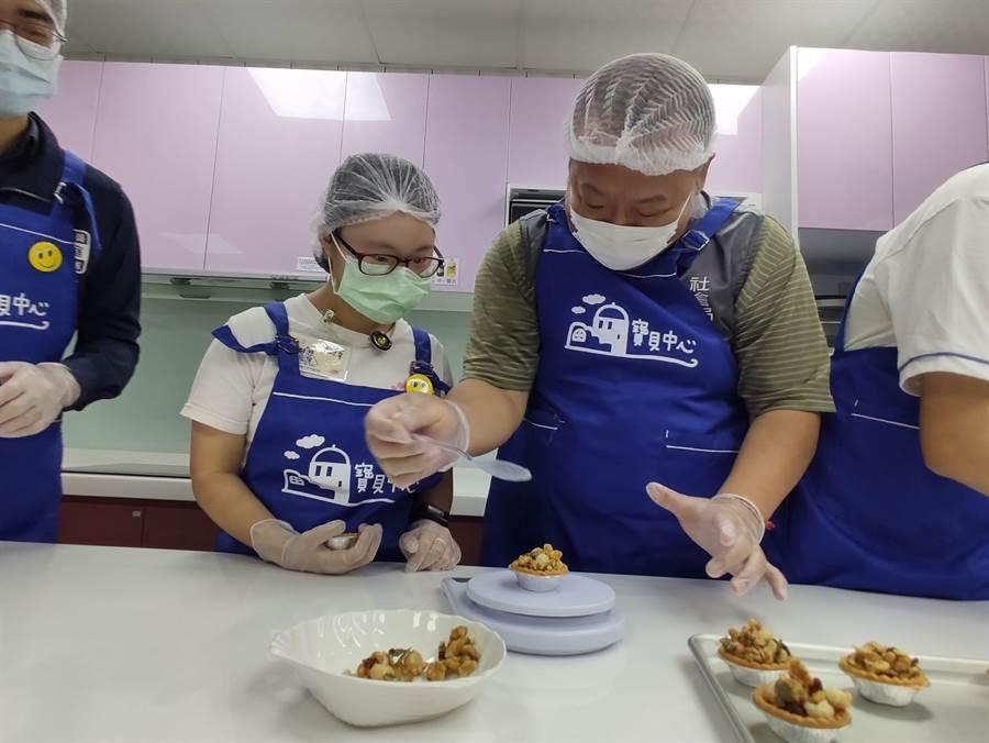 寶貝夢想起飛工作坊在中秋節前夕,由身障者學習製作豆菓塔,希望把飽含營養與心意的豆菓塔獻給家人歡度佳節,在3日發表。(賴佑維攝)