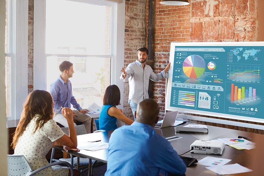 Epson高亮彩商用投影機系列,能提供高亮度、高畫質、符合原始色彩的簡報效果,簡約機身設計便提易攜,是商務會議的最佳夥伴。圖/業者提供