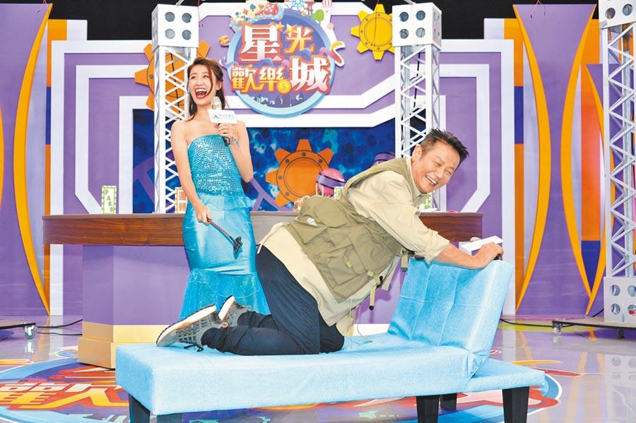 徐乃麟(右)昨被新加入主持的林真亦打屁股,互動畫面逗趣。(狼谷育樂台提供)
