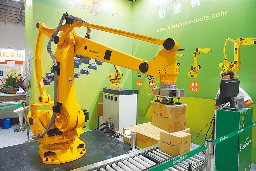 台商可積極發展機器人、無人車等,找出新藍海。圖為台灣廠商展示六軸工業機器人。(本報系資料照片)