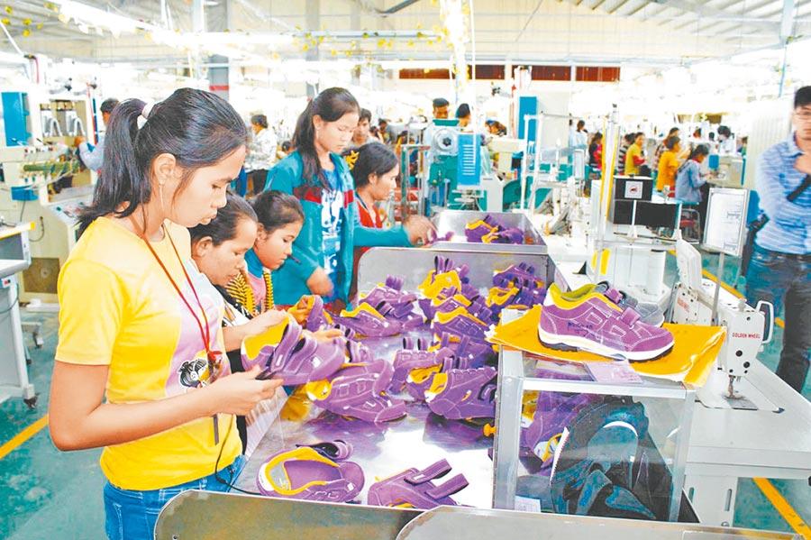 疫情後產業鏈講求在地化,圖為台商柬埔寨鞋廠。(本報系資料照片)