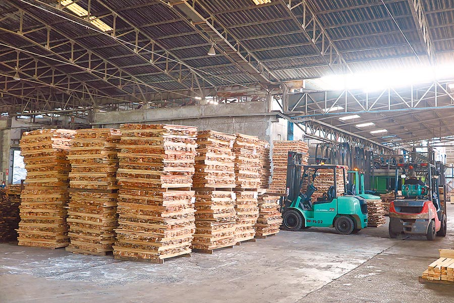泰國物產豐富,台商綠河以橡膠木為原料,製作家具所需的塑合板。(本報系資料照片)