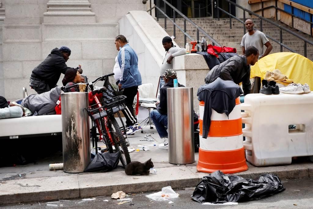 纽约街头日前惊见一名裸臀女子一边尿尿一边替一名男子口交,居民嘆政府让街友迁入,导致当地治安恶化、犯罪提升。图为纽约街头街友一景。(资料照/路透社)