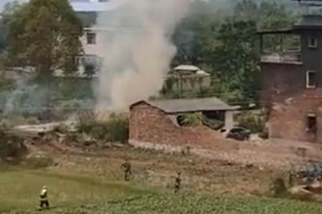 大陸SU-35戰機桂林墜毀現場曝光。(圖/微博@戰忽局首席發言人)