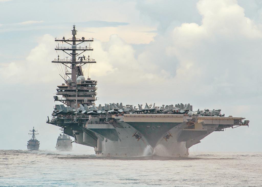 美日澳曾於7月19日在菲律賓海舉行聯合演習,右至左為美國「雷根號」航空母艦、日本驅逐艦「照月號」及美軍飛彈驅逐艦「馬斯廷號」。而包括馬斯廷號在內,美艦頻頻穿越台灣海峽,被認為是明顯挺台。(路透)